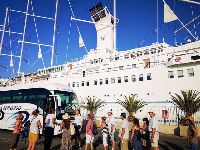 Turistas en el puerto de Almería