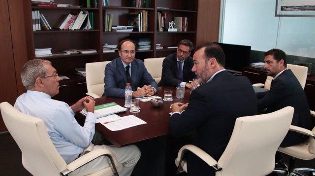 El consejero de Economía, Conocimiento, Empresas y Universidad, Rogelio Velasco, ha mantenido una reunión en Sevilla con el presidente de la Autoridad Portuaria de la Bahía de Algeciras, Gerardo Landaluce