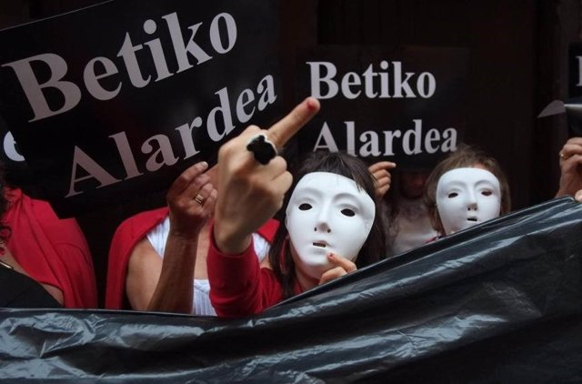 Mujeres con plásticos negros en rechazo a la Compañía mixta Jaizkibel.