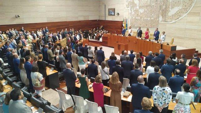 Hemiciclo de la Asamblea durante la interpretación del himno de Extremadura