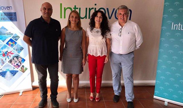 La consejera de Igualdad, Políticas Sociales y Conciliación, Rocío Ruiz, visita el Albergue Inturjoven de Marbella.