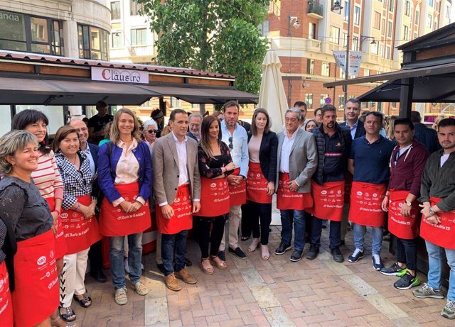 En el medio, el alcalde de Valladolid, Óscar Puente, con camisa azul, y la presidenta de la Asociación de Hosteleros, María José Hernández, de negro, en la inauguración de la Feria de Día junto a parte de la Corporación Municipal y distintas autoridades.