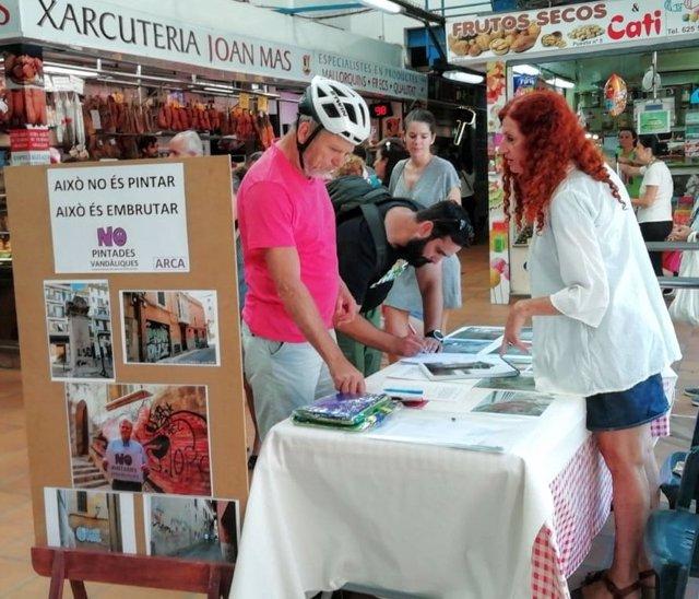 Recogida de firmas de ARCA en contra de las pintadas vandálicas en el Mercado Pere Garau.