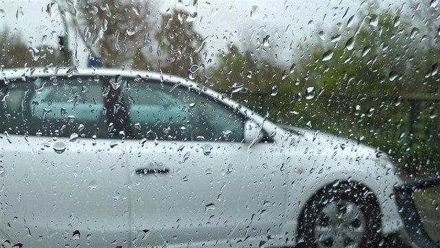 Imagen de archivo de un coche bajo la lluvia.