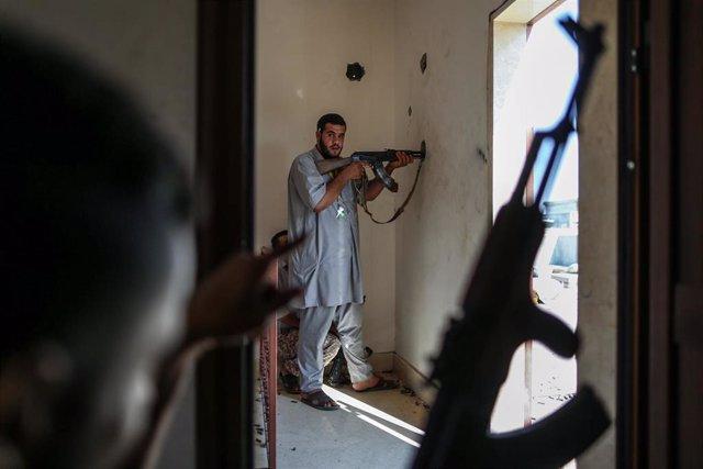 Un combatiente de las milicias progubernamentales en el sur de Trípoli