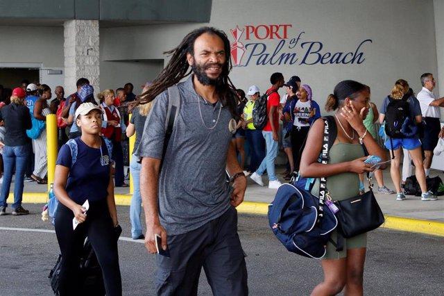 Evacuados de Bahamas por el huracán 'Dorian' desembarcan de un crucero en Riviera Beach