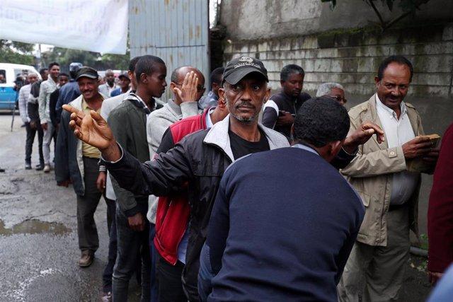 Gente esperando para entrar al centro de detención de  Maekelawi