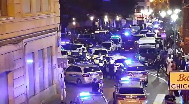 Efectivos de la Policía acuden al barrio bilbaíno de San Francisco tras generarse una pelea multitudinaria