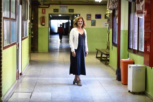 María Isabel Jiménez, directora del Colegio de Educación Infantil y Primaria 'Joaquín Costa' de Madrid, en uno de los pasillos del centro.