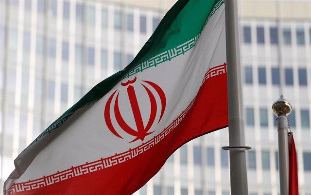 Bandera iraní ante la sede de la AIEA en Viena