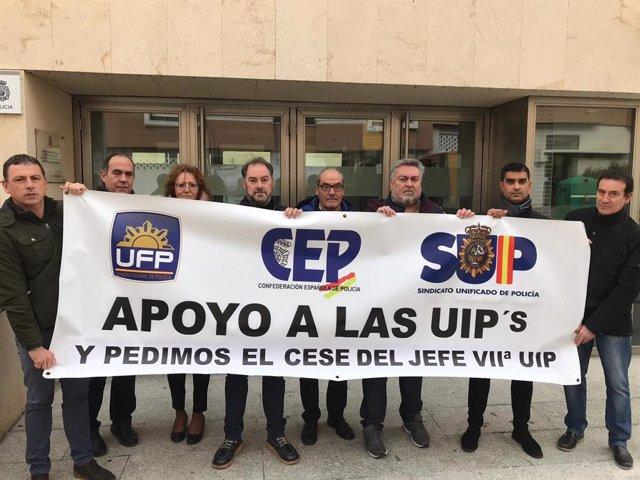 Sindicalistas concentrados ante la Comisaría de Parquesol.