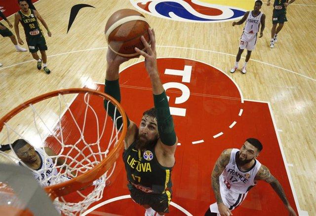 Jonas Valanciunas en el partido entre Francia y Lituania en el Mundial de baloncesto de China