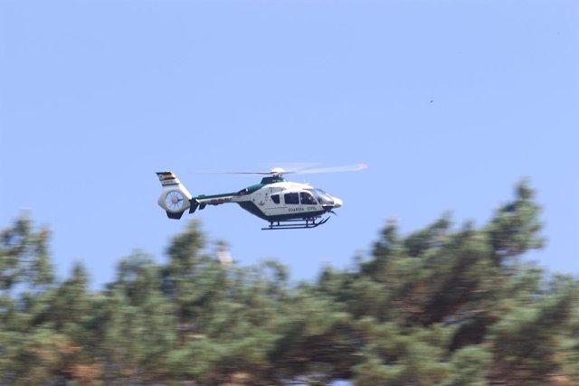 Un helicóptero de la Guardia Civil, sobrevuela la zona en la que se busca a la esquiadora y medallista olímpica, Blanca Fernández Ochoa, en la sierra de Madrid.