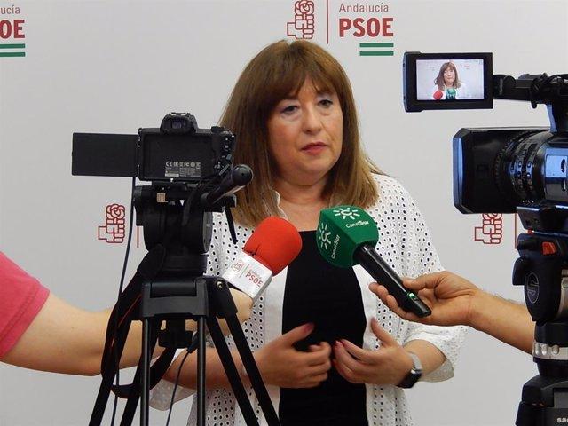 La portavoz de Igualdad del PSOE-A en el Parlamento, Soledad Pérez, atiende a medios