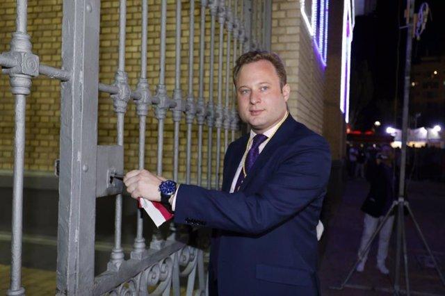 El alcalde de Albacete, Vicente Casañ, abre la puerta de hierros del recinto ferial de Albacete.