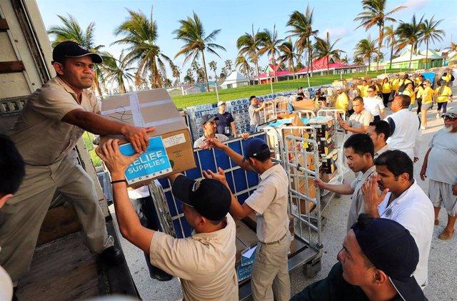 Descarga de ayuda humanitaria en Freeport, Bahamas, tras el paso del huracán 'Dorian'