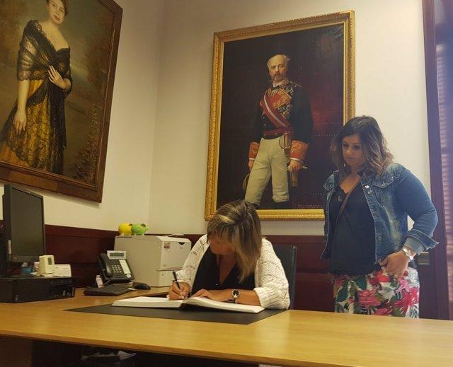 La presidenta de la Diputació de Barcelona, Núria Marín, signa el llibre d'honor de l'ajuntament de Les Masies de Voltreg (Barcelona)