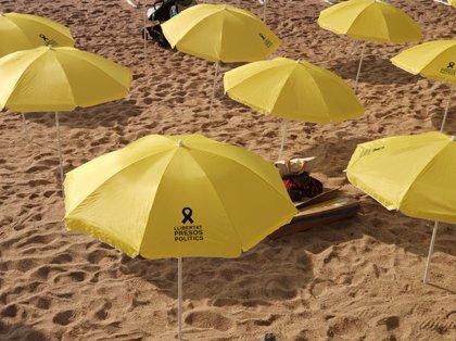 """El CDR de Blanes planta un centenar de para-sols grocs a la platja per reclamar la llibertat dels """"presos polítics"""""""