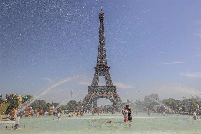 Ola de calor en la Torre Eiffel de París
