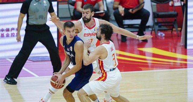 Marc Gasol y Sergio Llull, de la selección española de baloncesto, durante el España-Serbia del Mundial de China