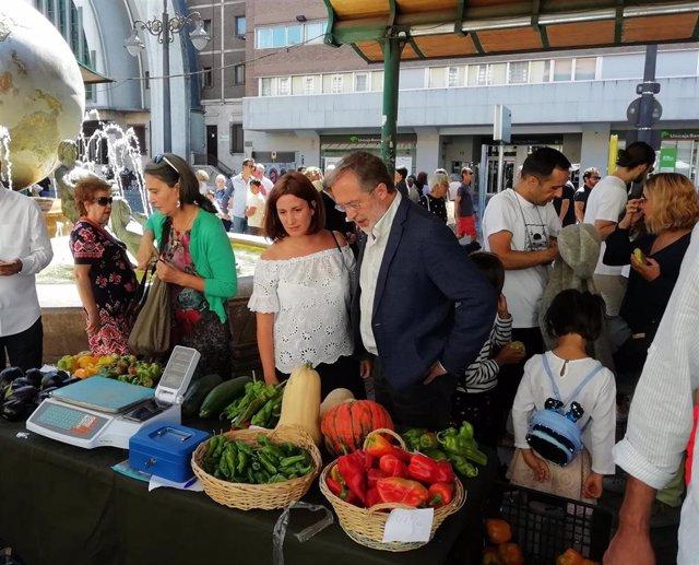 La concejal de Medio Ambiente y Desarrollo Sostenible, María Sánchez, y el teniente de alcalde  y concejal de Urbanismo, Manuel Saravia, en el Ecomercado de plaza España.