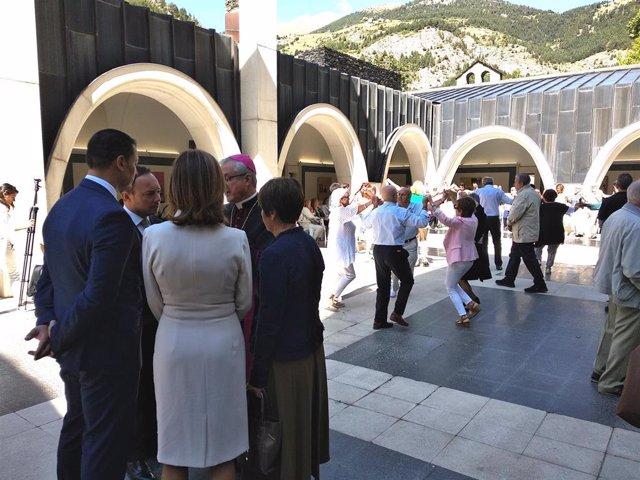 El coprincipe episcopal charla con el jefe de Gobierno, el ministro de Presidencia, la síndica General y la ministra de Educación en el patio del santuario