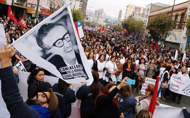 Fotografía del presidente chileno Salvador Allende durante una manifestación