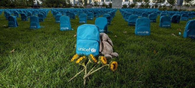 Cementerio de mochilas para rendir homenaje a los niños que han muerto en conflictos durante 2018