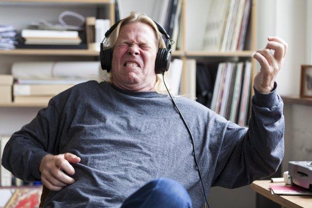 Hombre escuchando música en auriculares.