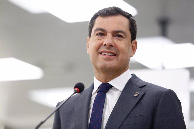 El presidente del Gobierno de Andalucía, Juanma Moreno, en una intervención después de visitar  los laboratorios farmacéuticos Rovi, en Granada.