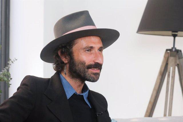 El músico Leiva posa durante la presentación de su disco 'Nuclear'