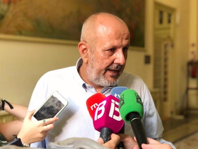 El portavoz de MÉS per Mallorca en el Parlament, Miquel Ensenyat, atiende a los medios.