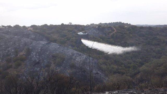 Medios aéreos realizan labores de extinción en El Ronquillo