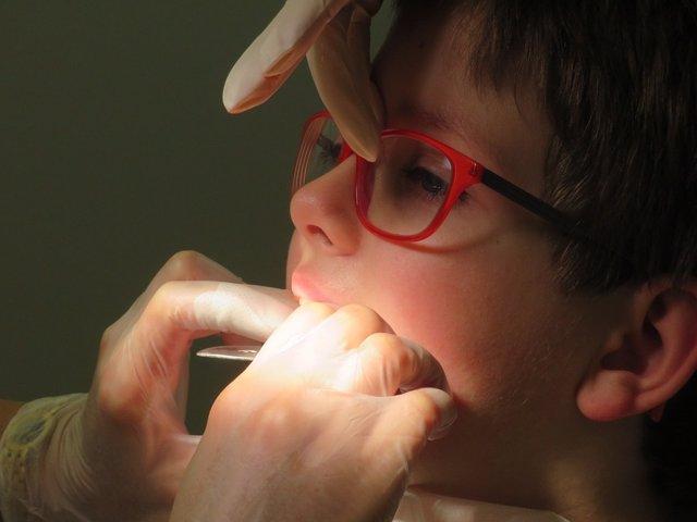 Odontólogos alertan de la importancia de tratar las caries también en los diente