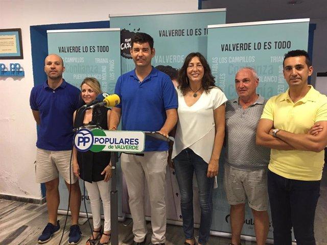 El portavoz del PP en el Ayuntamiento de Valverde del Camino (Huelva), Manolo Cayuela, con la secretaria general del PP-A, Loles López