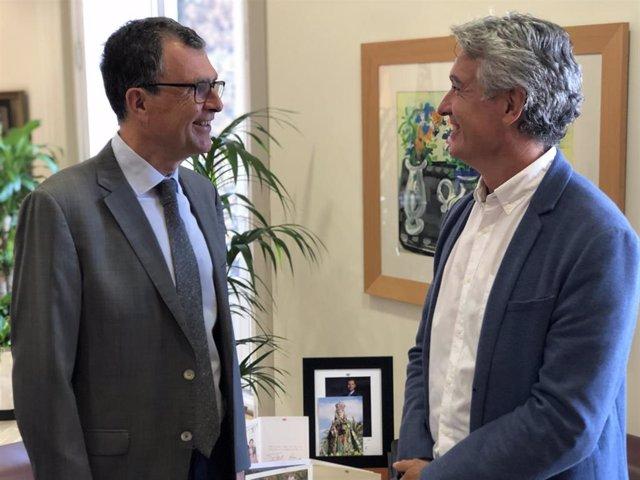 El alcalde de Murcia, José Ballesta, acompañado del concejal de Desarrollo Urbano y Modernización de la Administración, José Guillén, recibió esta mañana al presidente de la Asociación Española de Parques y Jardines Públicos (PARJAP), Francisco Bergua