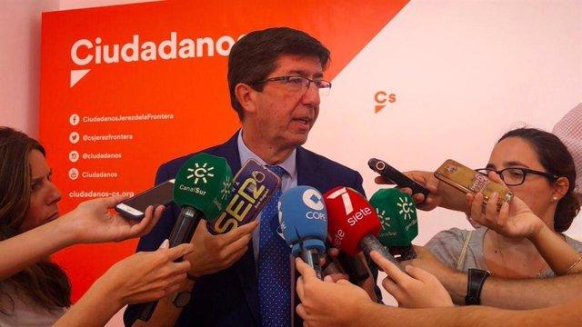 Juan Marín atiende a los periodistas