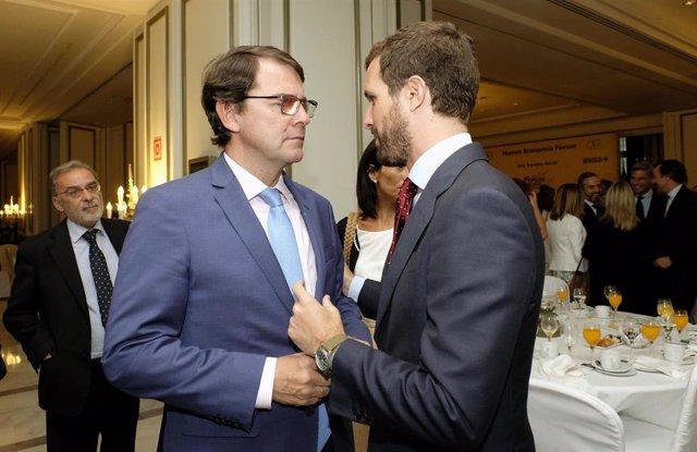 El presidente de la Junta de Castilla y León, Alfonso Fernández Mañueco, conversa con el líder del PP, Pablo Casado, en el desayuno informativo de Nueva Economía Fórum de este lunes.