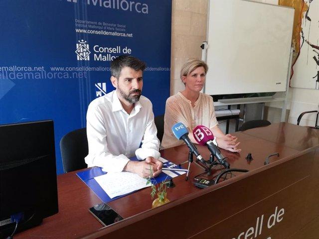 El presidente del IMAS y conseller de Derechos Sociales, Javier de Juan, y la directora insular de Personas Mayores, Sofía Alonso, han comparecido ante los medios para informar sobre el presunto caso de abusos sexuales en la residencia de la Bonanova.