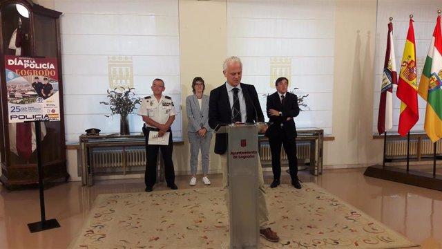 El alcalde de Logroño, el delegado del Gobierno en La Rioja y el jefe superior de Policía en la comunidad han presentado los actos del Día de la Policía Nacional, que se van a celebrar en la capital riojana del 18 al 25 de septiembre