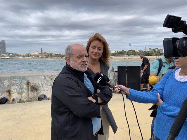 La teniente de alcalde, Laia Bonet, y el director del Zoo de Barcelona, Sito Alarcón, en rueda de prensa este lunes en el espigón de Bac de Roda.