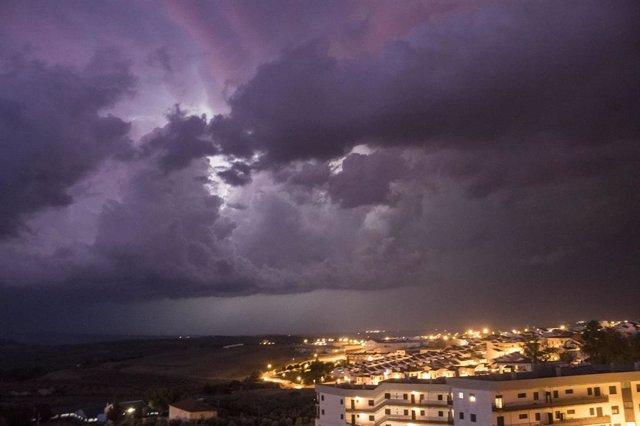 Vista de la tormenta derivada de la gota fría desde la localidad de Estepa