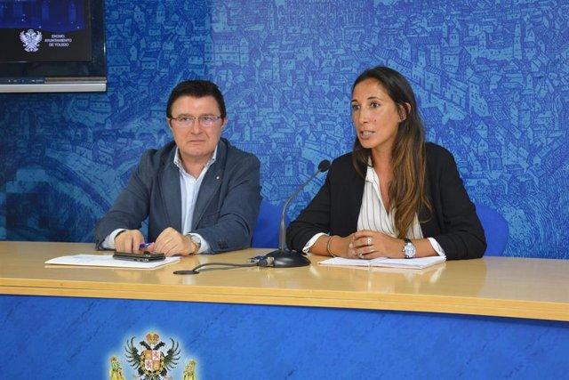 El concejal de Cultura, Teo García, y la directora del proyecto de Acciones Producciones y Diseño, Sheila Menéndez, presenta el espectáculo audiovisual 'Un Toledo de leyenda'.