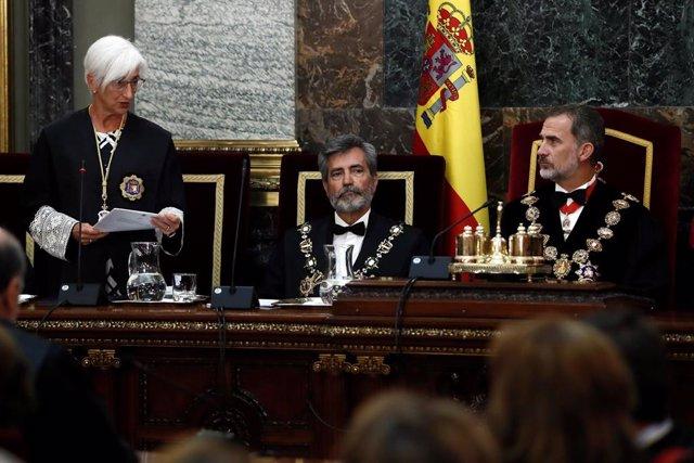 El rey Felipe VI, junto al presidente del Consejo General del Poder Judicial (CGPJ), Carlos Lesmes (d), escucha la intervención de la fiscal general del Estado, María José Segarra (i), en el acto de apertura del año judicial