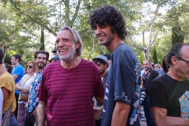 Recurso del cantautor Luis Pastor, en la concentración contra el veto a él y a su hijo, Pedro Pastor, en las fiestas de Aravaca