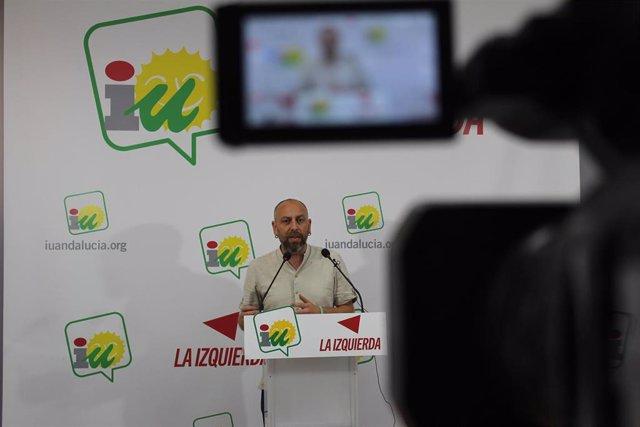 El portavoz de IU Andalucía y coordinador de la Comisión Colegiada, Ernesto Alba, en rueda de prensa