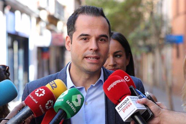 El vicepresidente de la Comunidad de Madrid, Ignacio Aguado, atiende a los medios tras su visita a la calle Topete en el barrio de Bellas Vistas tras la aprobación de la instalación de cámaras de seguridad.