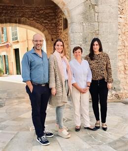 La 'popular' Margalida Prohens (segona per la dreta) visita els municipis afectats pel temporal.