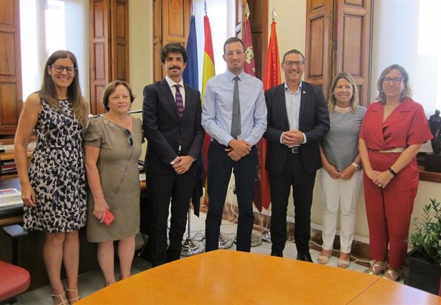 Rakif Khellaf, representante del Centro Universitario Morsli Abdellah de Tipaza, y José Luján, rector de la UMU, con el resto de equipo de la UMU tras la firma del convenio