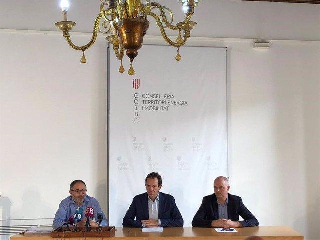 (E-D) El representant de la UTE Ayesa-Gsix, Sebastià Ribot; el conseller de Mobilitat i Habitatge, Marc Pons; i el director general de Mobilitat, Jaume Mateu.